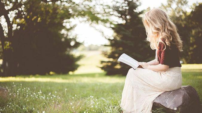 csm_woman_reading_8612fd178a